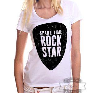 девушка в футболке с принтом рок