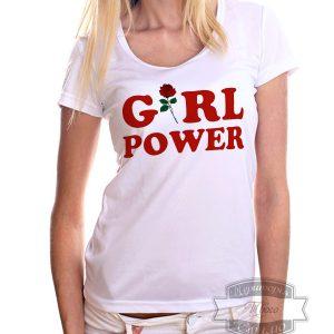 женщина в футболке с надписью