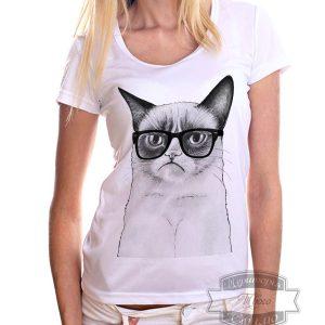 девушка в футболке с грустным котом
