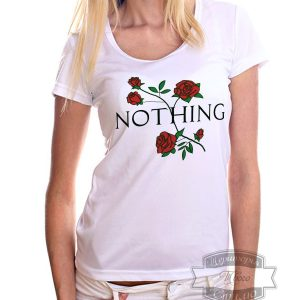 светлая девушка в футболке