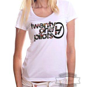 женщина в футболке twenty one pilots