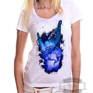 девушка в рок футболке