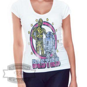 девушка в футболке с дроидами