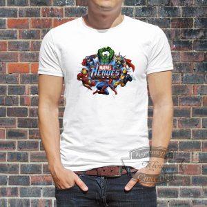 пацан в футболке с героями марвел