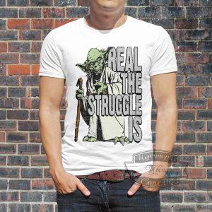 мужчина в футболке мастера йода