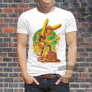 мужик в футболке гитаристу