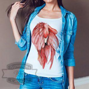девушка в футболке с розовым фламинго