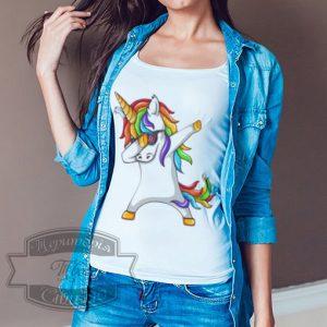 девушка в футболке с танцующим единорогом