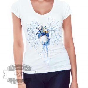 девушка в футболке с рисунком сердце
