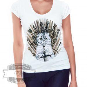 женщина в футболке с котом и мечами