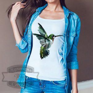 девушка в футболке с колибри