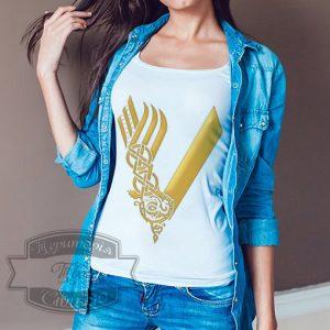 девушка с джинсовой рубашкой в футболке
