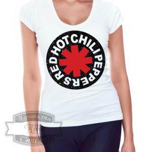 женщина в футболке RHCP