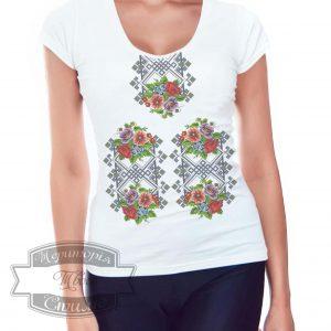 женщина в футболке вышиванке