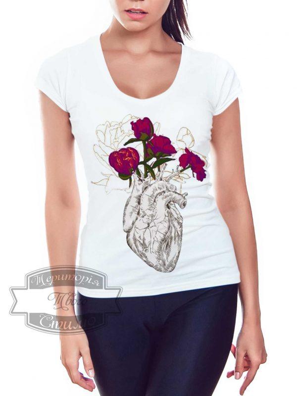 женщина в футболке с сердцем