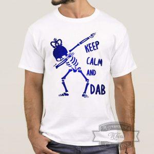 парень в футболке ceep calm and dab