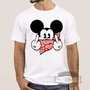 Мужчина в футболке с микки маусом