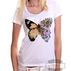 девушка в футболке с бабочкой
