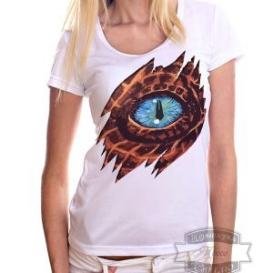 женщина в футболке с глазом дракона