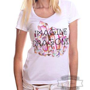женщина в футболке с надписью Imagine Dragons