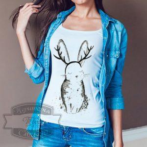 девушка в футболке с зайкой