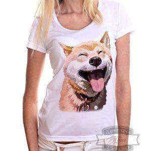 девушка в футболке с улыбающимся песиком
