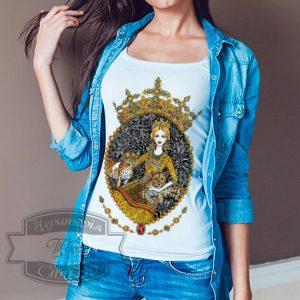 Женщина в футболке с леопардами