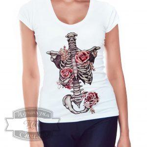 девушка в футболке со скелетом