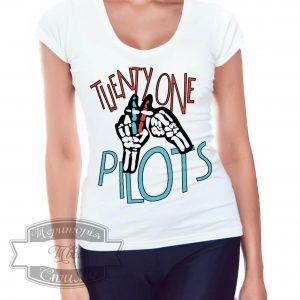 женщина в футболке с надписью ТОР