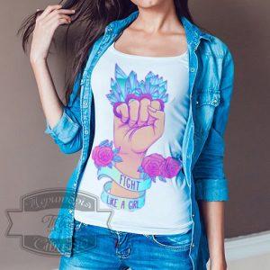 женщина в футболке fight like a girl