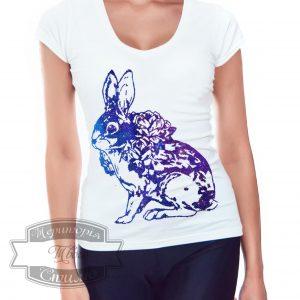 девушка в футболке с лунным кроликом