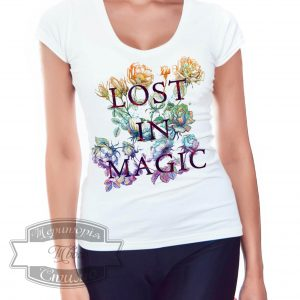 девушка в футболке с надписью lost in magic