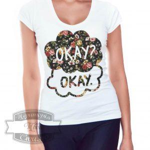 девушка в футболке с надписью okay? okay.
