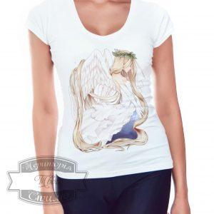 девушка в футболке с ангелом