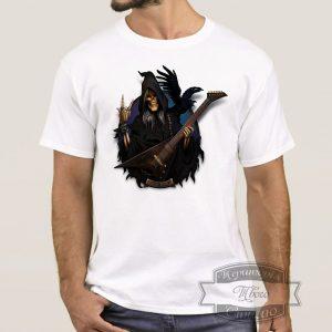 Мужчина в футболке с гитаристом