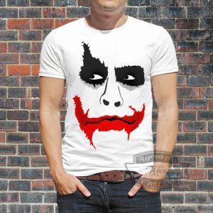 мужчина в футболке с джокером