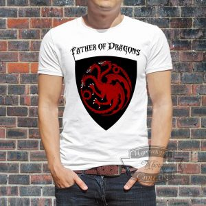 мужчина в футболке с надписью Father of Dragons