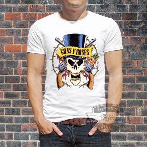 Мужик в футболке ганс енд роузес