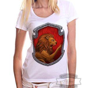 Девушка в футболке с львом гриффиндора