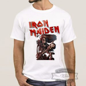 мужчина в футболке Iron Maiden