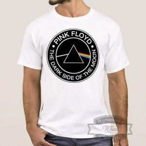 мужчина в футболке Pink Floyd