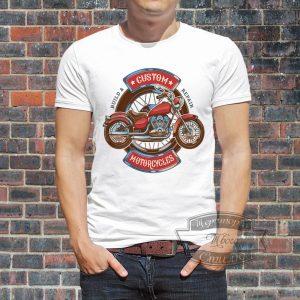 мужчина в футболке с мотоциклом