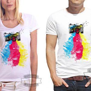 Мужчина и женщина в футболке для фотографа