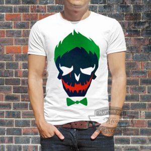 Мужчина в футболке с эмблемой джокера