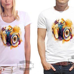 девушка и мужчина в футболке с фотоаппаратом