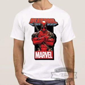 Мужик в футболке с Дедпулом