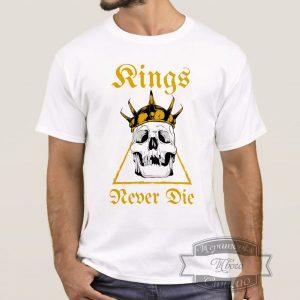 мужик в футболке с черепом короля