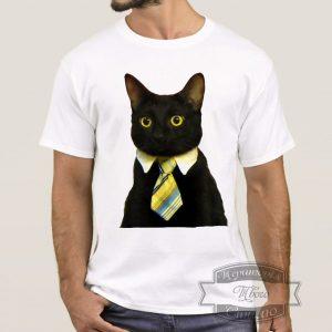 Мужчина в футболке с котом в галстуке