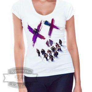 девушка в футболке с иксами