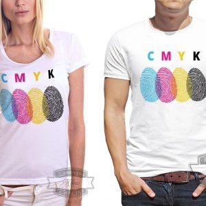 Женщина и мужчина в футболке с смиком